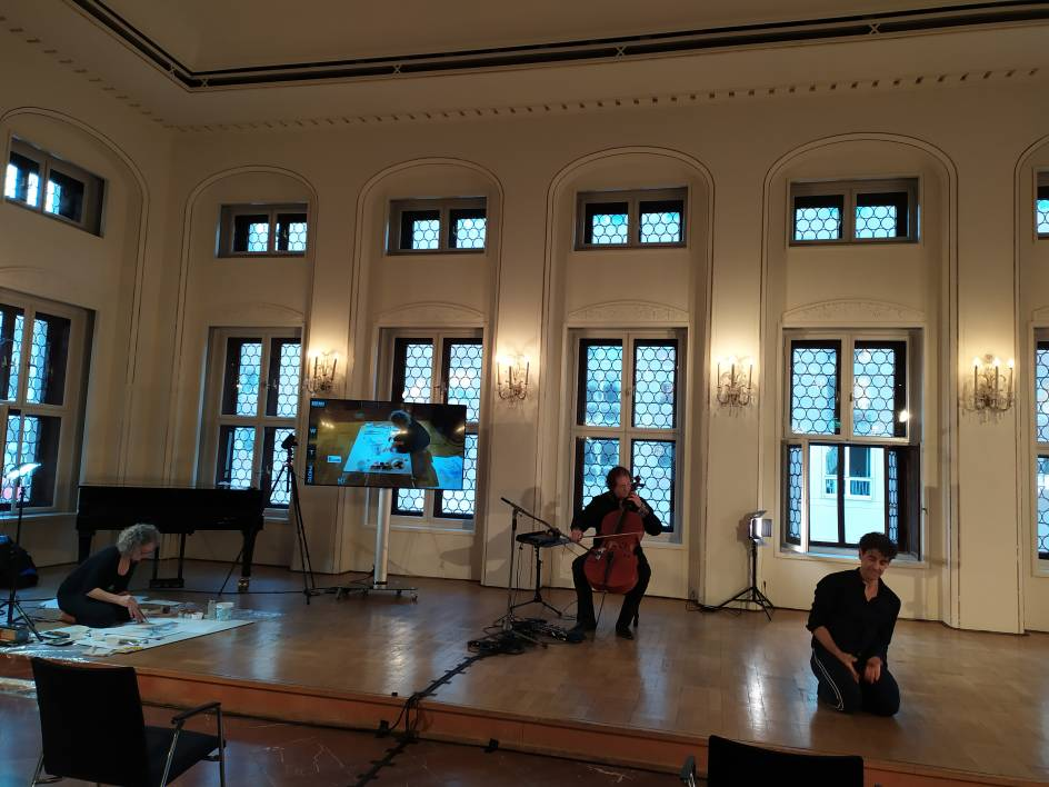 Music Speakers' Corner Auftakt TRI ON LINE v.l.n.r. Barbara Mahler (Malerin) / Lukas Dreyer (Violoncello) / Marco Jodes (Tänzer)